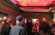 「桜の間」にて、田村能里子氏の天井画などを説明