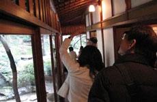 無双窓など、建物の見所を解説