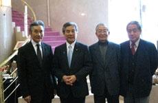 美術館にて記念写真(左より、館長、中曽根氏、当財団役員 )