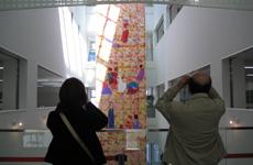 「季のきらめき」は、ビルの吹き抜け部分の上層階から1階部分まである大きな作品で、2階や3階からも鑑賞させていただきました。