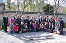 「風河燦燦三三自在」が奉納された宝厳院の前で撮った記念写真です。