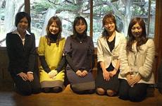 最後にみんなで記念撮影(左から東海ラジオレポーター新人さん・山田さん・市川さん・当館職員