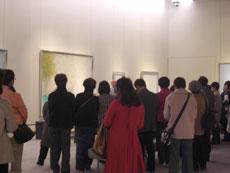 松伯美術館展示室でギャラリートークを行う上村淳之先生