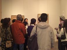 1階展示室内での作品解説の様子