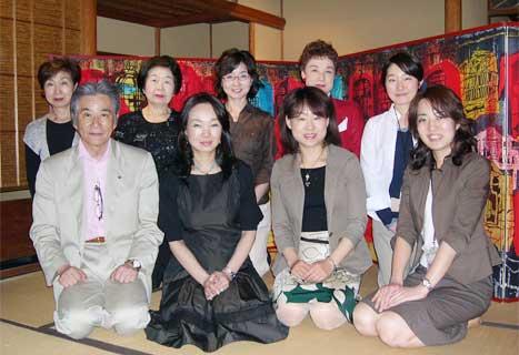 爲三郎記念館にて鳥羽先生を囲み記念写真