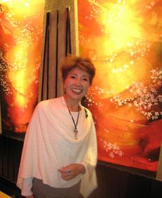 洋画家・田村能里子先生「桜の間」ご自身の壁画の前にて