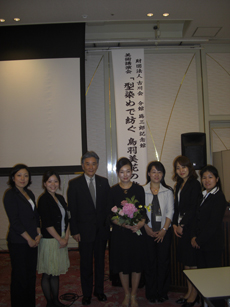 講演会終了後、鳥羽先生を囲み館長、 学芸員と記念撮影