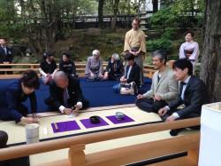 お茶会に参加される上島会長(中央)、柴田先生(右から二人目)と林先生(右)