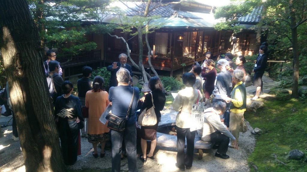 爲三郎記念館庭園探索の様子