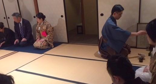 加藤唐三郎先生(左)林奈美恵学芸員(左から2番目)