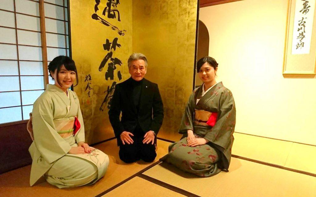 古川館長(中央)とお運びのスタッフ